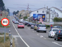 Miles de persoas disfrutan da praia e da carretera