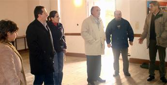 Veiga compromete a Deputación para rehabilitar a escola de San Miguel