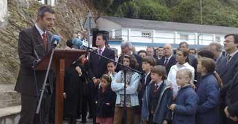 Centos de persoas na homenaxe a Calvo-Sotelo no porto de Porcillán en Ribadeo