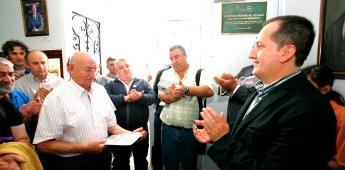 Unha placa no edificio do Museo do Mar de San Cibrao recorda o labor cultural dos promotores