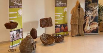 Exposición de cestaría do Centro de Artesanía e Deseño da Deputación no mercado de nadal en Ribadeo