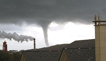 Un tornado nas inmediacións de San Cibrao sumouse ao temporal de frío e neve que vive estes días a costa de Lugo