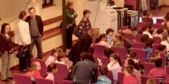 O delegado de Cultura da Deputación asistiu con escolares a unha representación teatral en Foz