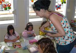 A concelleira de Medio Ambiente de Burela entregou libros nenos e nenas do colexios Vista Alegre e Virxe do Carme