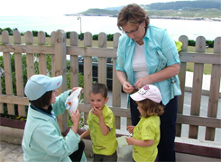 Cervo distribúe camisetas entre escolares co gallo do día do Medio Ambiente