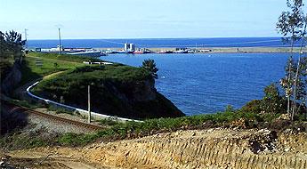 O novo proxecto de acceso ao porto de Burela contempla desviar a vía do tren e construír unha ponte