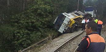 Descarrilou en Ribadeo un tren que transportaba aluminio e madeira