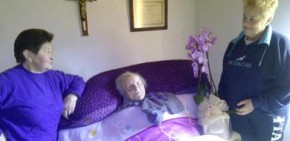 Fraga das Saímas felicita á súa socia de honra Julia Vidal polo seus 105 anos