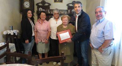 O alcalde de Ribadeo fíxolle entrega dunha placa a Mª Encarnación Fernández Yáñez no seu centenario