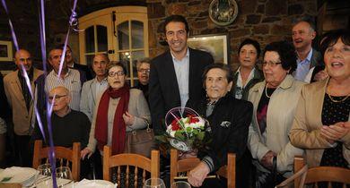 O alcalde e a concelleira de Servizos Sociais de Cervo homenaxearon a unha veciña que celebrou este sábado o seu centenario