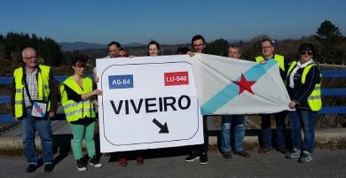 Membros do BNG de Viveiro viaxaron pola A8, entre Vilalba e Barreiros, para denunciar a ausencia de paneis de sinalización de Viveiro nas saídas 575 e 524