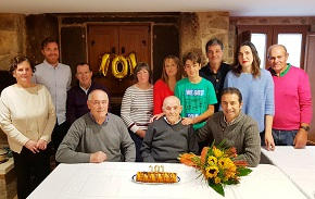 O alcalde de Cervo, Alfonso Villares, e o tenente alcalde, Plácido Pérez, achegáronse hoxe ata Rúa para felicitar a Francisco Fraga, Paco, polo seu 101 aniversario, que celebrou no día de hoxe xunta á súa familia; con esa vitalidade e bo humor que o caracteriza