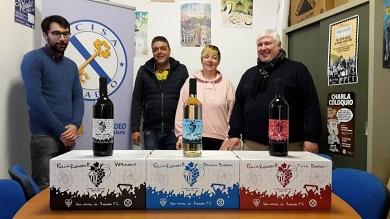 As instalacións de Acisa acolleron a presentación do viño oficial do Ribadeo FC. Trátase de albariño e rioja colleiteiros e de vermú. Por cada botella vendida, das tres mil envasadas, 50 céntimos irán para o club de fútbol local