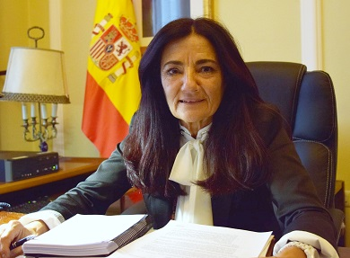 A subdelegada do Goberno anima a votar  aos 630 veciños de Burela censados na mesa electoral do Perdouro