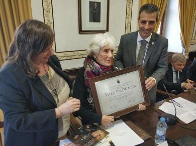 Luz Pozo Garza foi nomeada filla predilecta de Ribadeo nun acto desenvolvido no salón de plenos do Concello