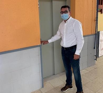 Daniel Vega sinala ao goberno local como responsable de que o ascensor do colexio público ribadense leve tres meses sen funcionar