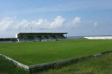 O Concello de Burela sacou a licitación as obras de reconstrución e reparación da grada do campo de fútbol da Marosa e a segunda fase do peche do campo de herba artificial