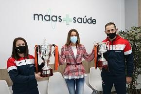 Maas+Saúde, a clínica oficial do Pescados Rubén Burela FS, recibiu nas súas instalacións en Foz os capitáns Peque e Edu, que se quixeron achegar para compartir a alegría dos últimos títulos, conquistados o pasado 9 de xaneiro, a Supercopa de España Feminina e a Copa Galicia Masculina