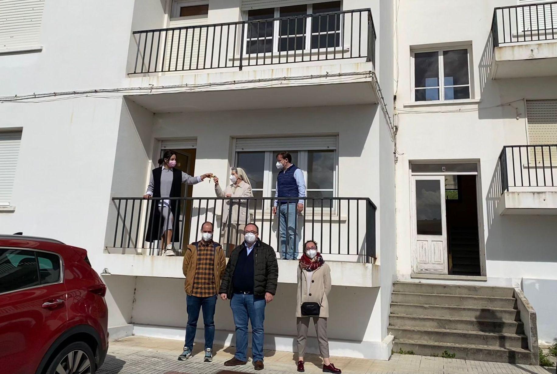 O Centro San Aníbal recibe do Concello de Burela  o primeiro bloque das antigas vivendas de profesores dos Castros