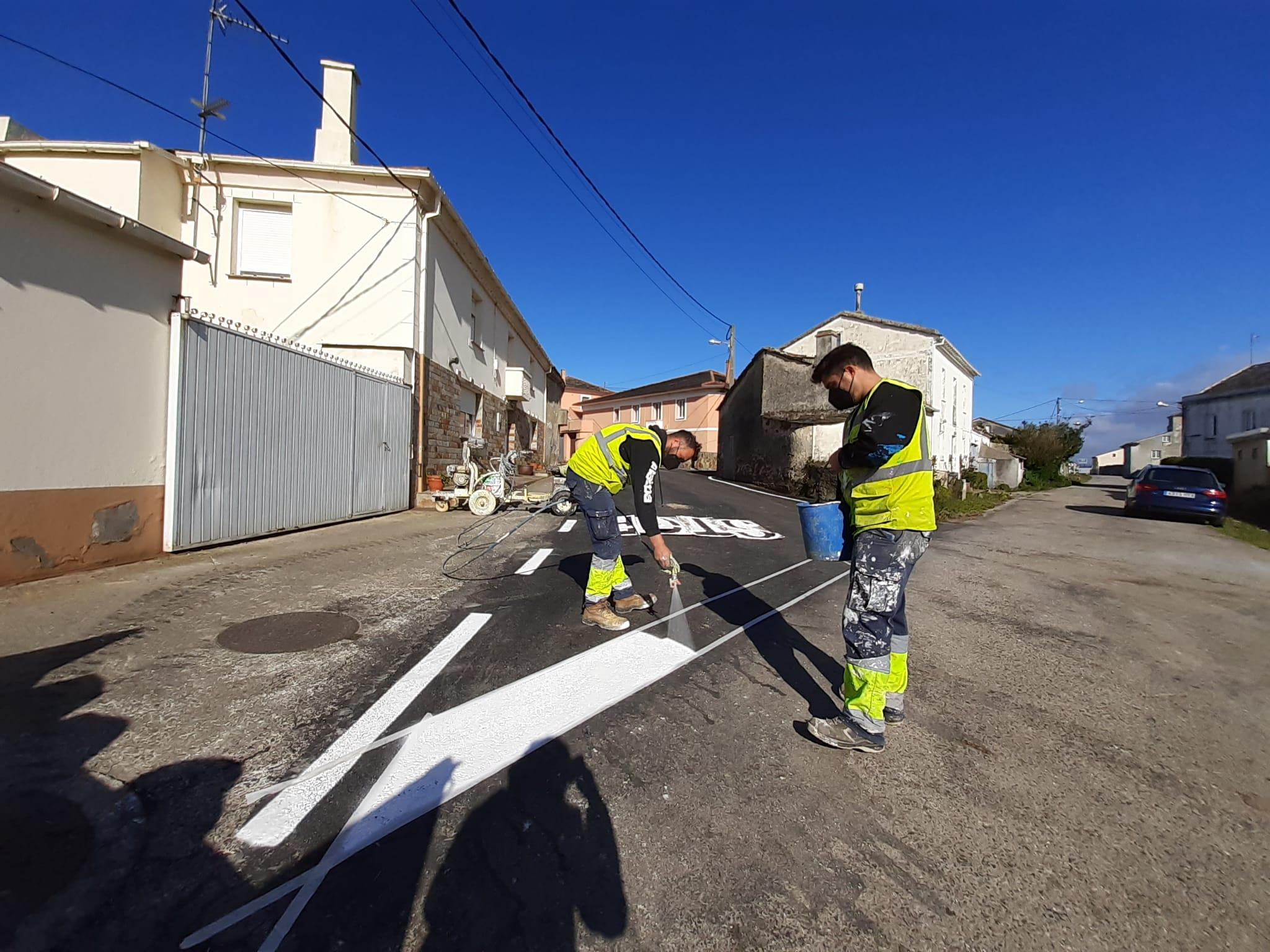Obras de pintado e sinalización en vías das parroquias de Ribadeo
