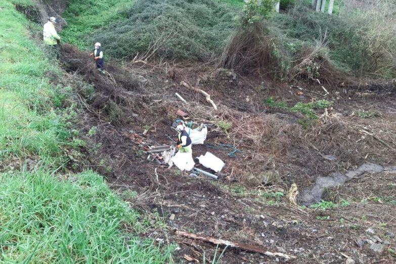 Finalizados os traballos de limpeza dun regato nas proximidades de Vilameá, na Pontenova