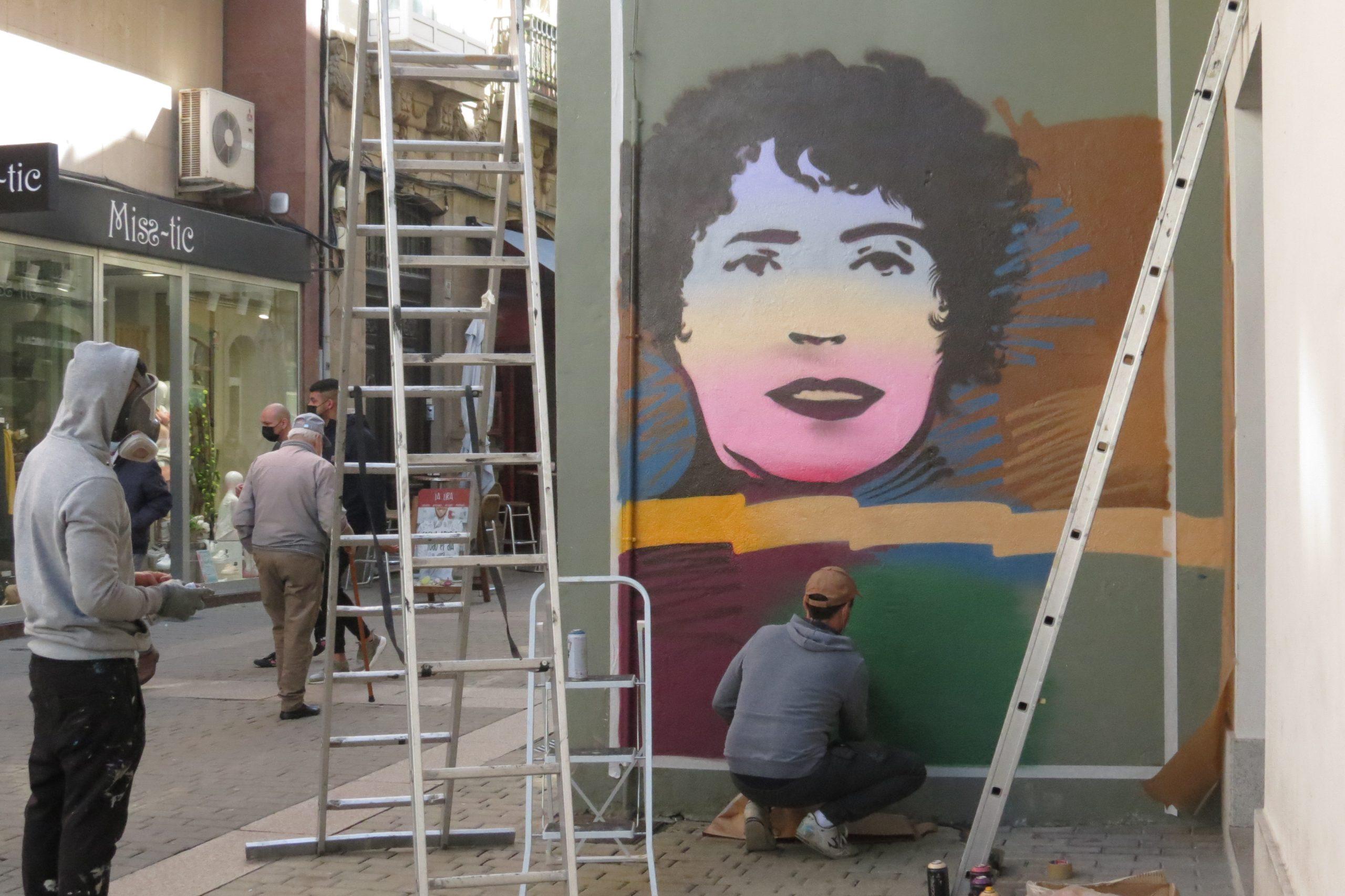 O mural homenaxe a Rosalía xa loce en Ribadeo