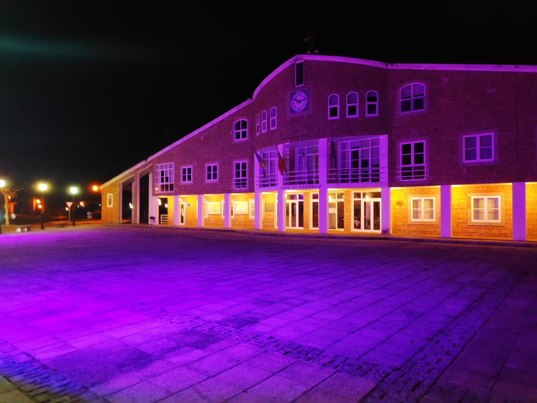 O Concello de Cervo mantén iluminados de morado durante todo o mes de marzo diferentes edificios e espazos públicos