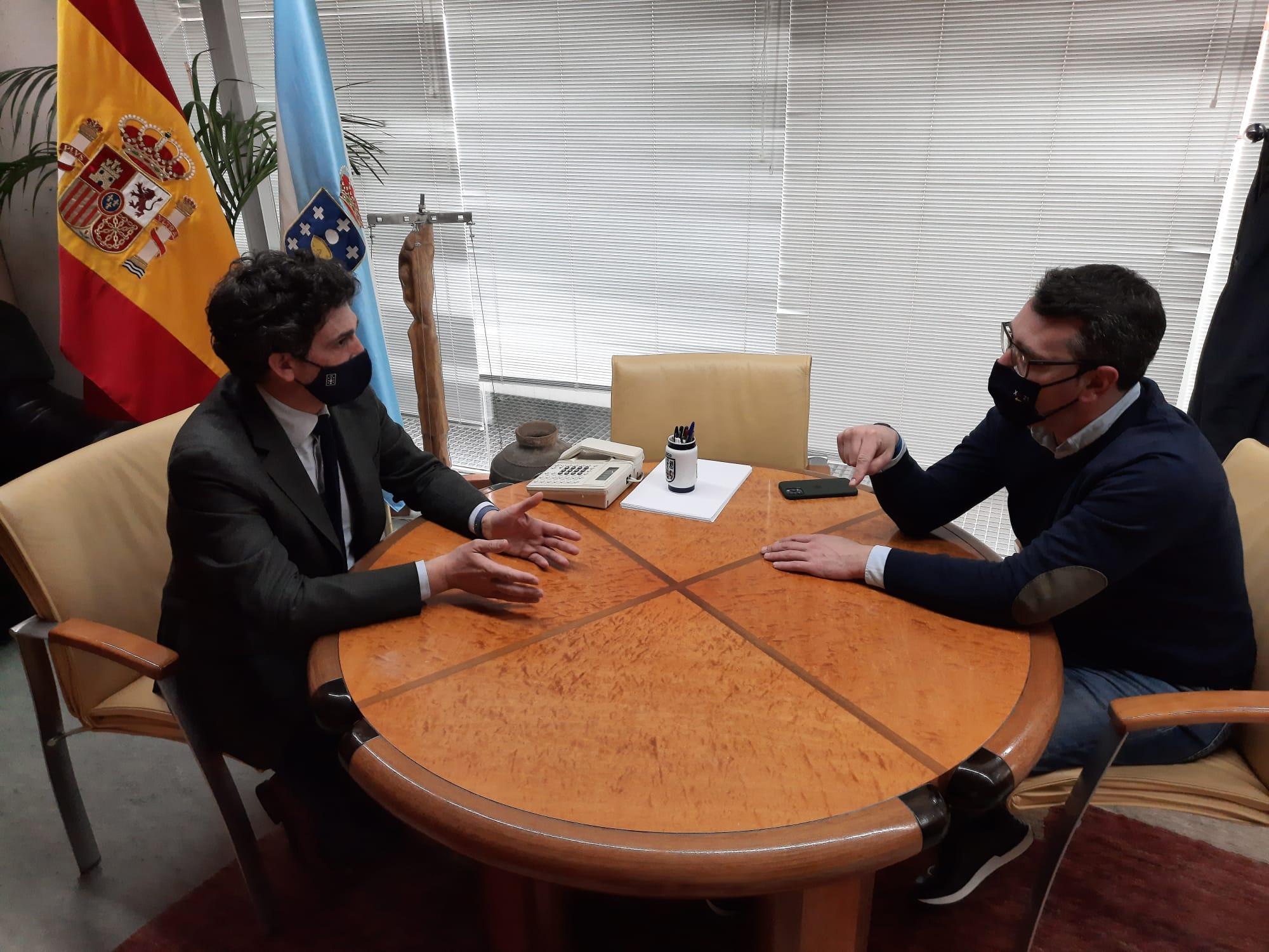 Daniel Vega interésase pola vacinación nas residencias, o centro de día, do persoal do SAF e dos maiores de 80 anos en Ribadeo