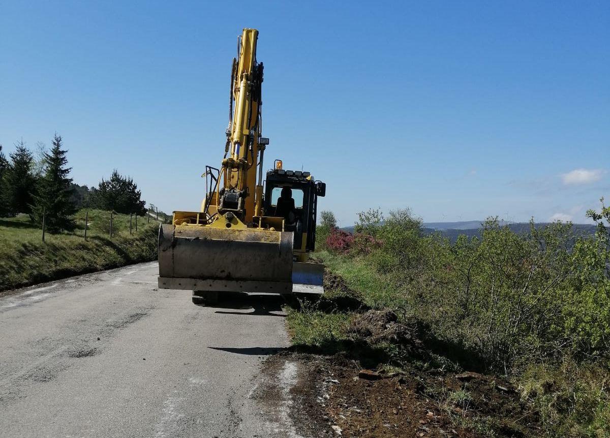 Iniciados os traballos de renovación do firme na estrada de Augaxosa a Trabada