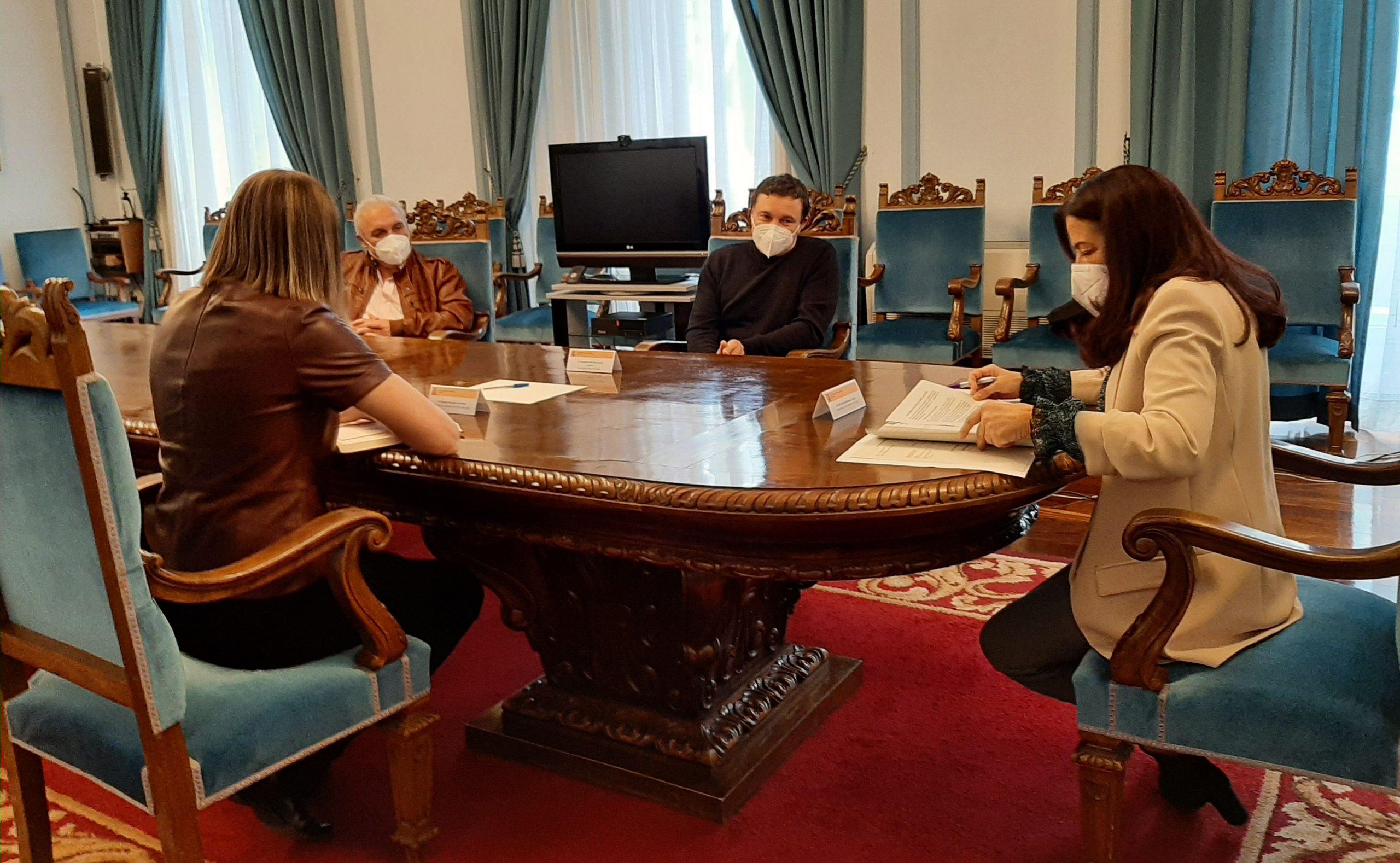 Xuntanza da subdelegada co alcalde de San Tirso de Abres para estudar proxectos de mellora das comunicacións