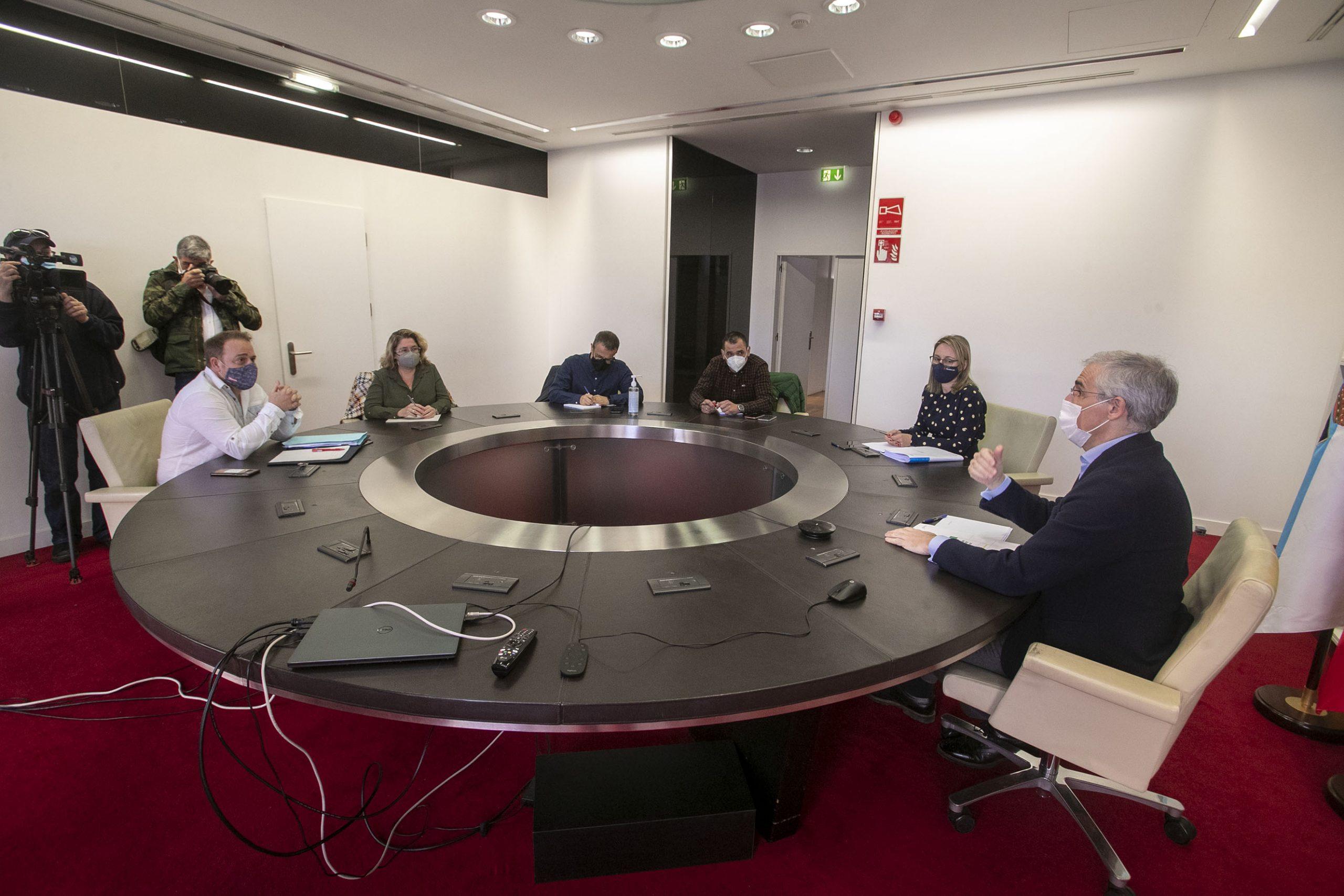 A Xunta e os traballadores comparten a necesidade de que o goberno achegue respostas sobre a situación actual da operación de compra-venda da planta de San Cibrao