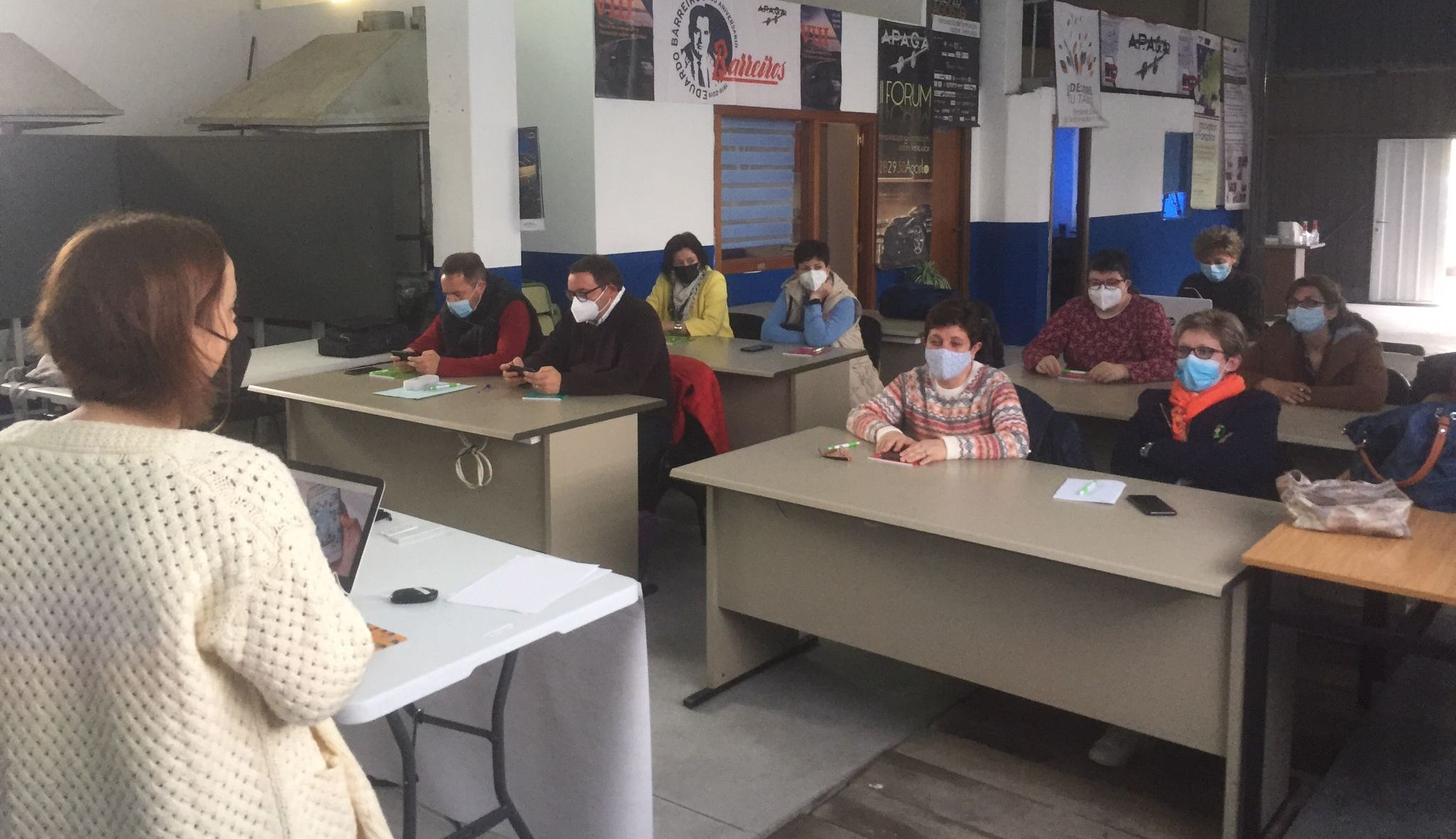 Comezou en Ribadeo o curso sobre venda en liña e redes sociais, organizado por Apaga