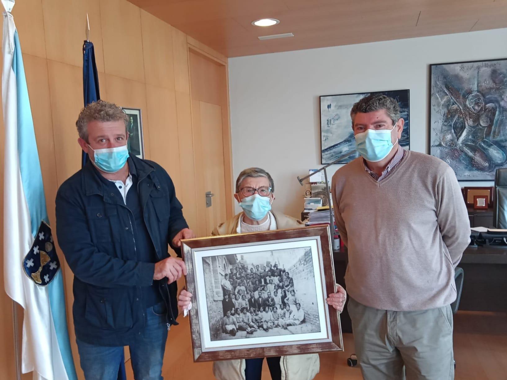 O Concello de Burela recibe o agasallo dunha fotografía dos traballadores da fábrica de Cucurny do ano 1925