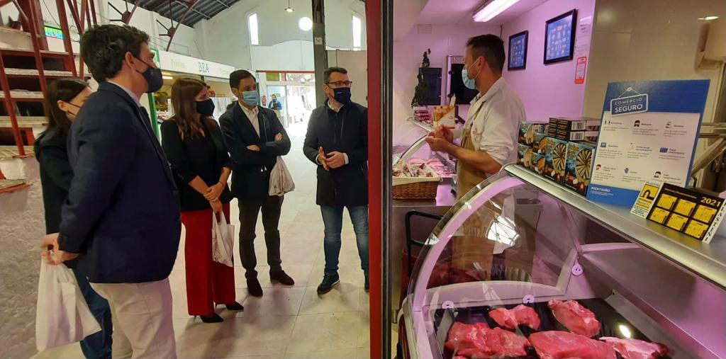 Daniel Vega agradece a visita da directora xeral do Agader á Praza de Abastos de Ribadeo onde a Xunta investiu preto de 40.000 euros para a súa mellora