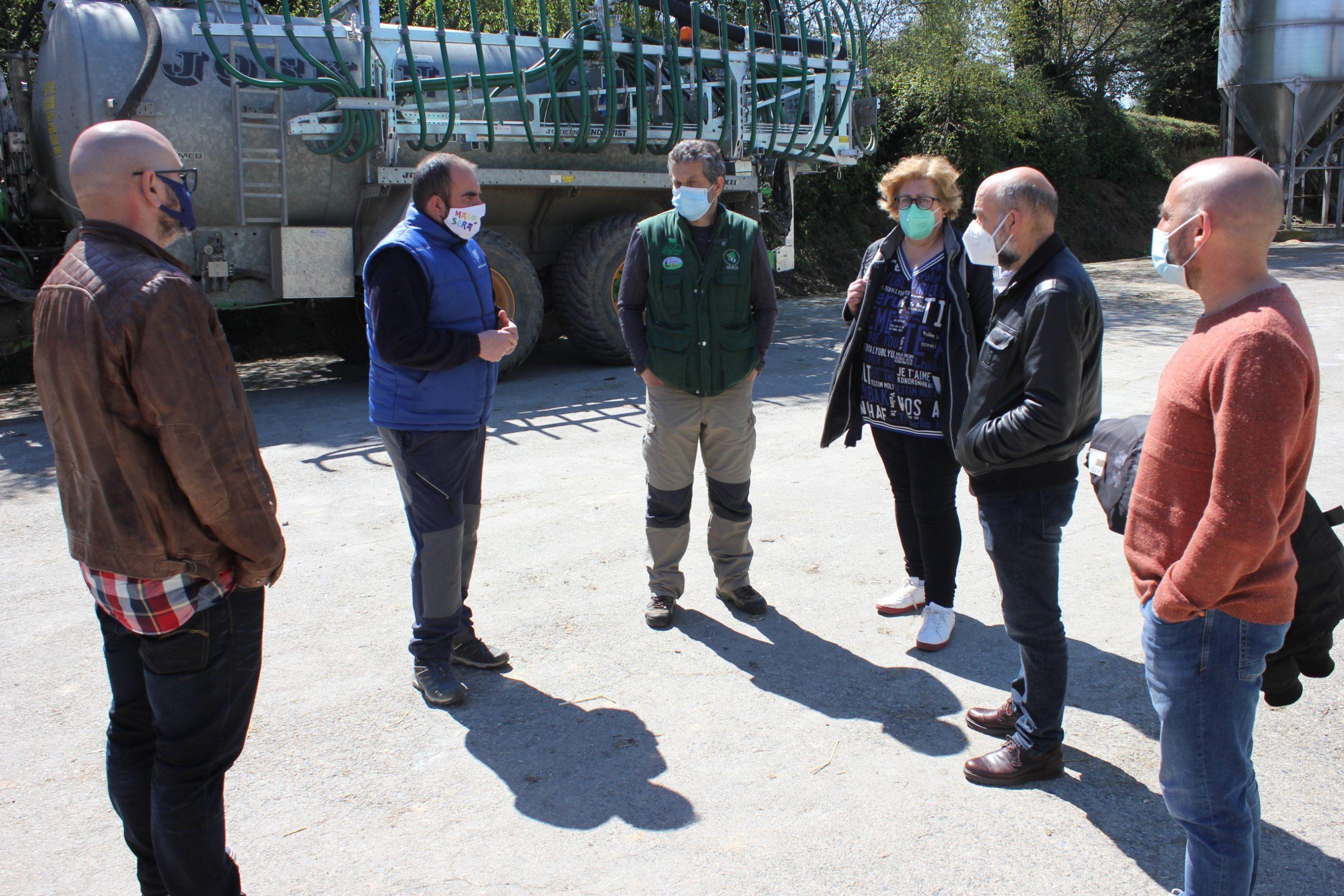 Néstor Rego visita unha explotación en Castro de Rei para coñecer de primeira man os efectos da nova lexislación sobre os xurros