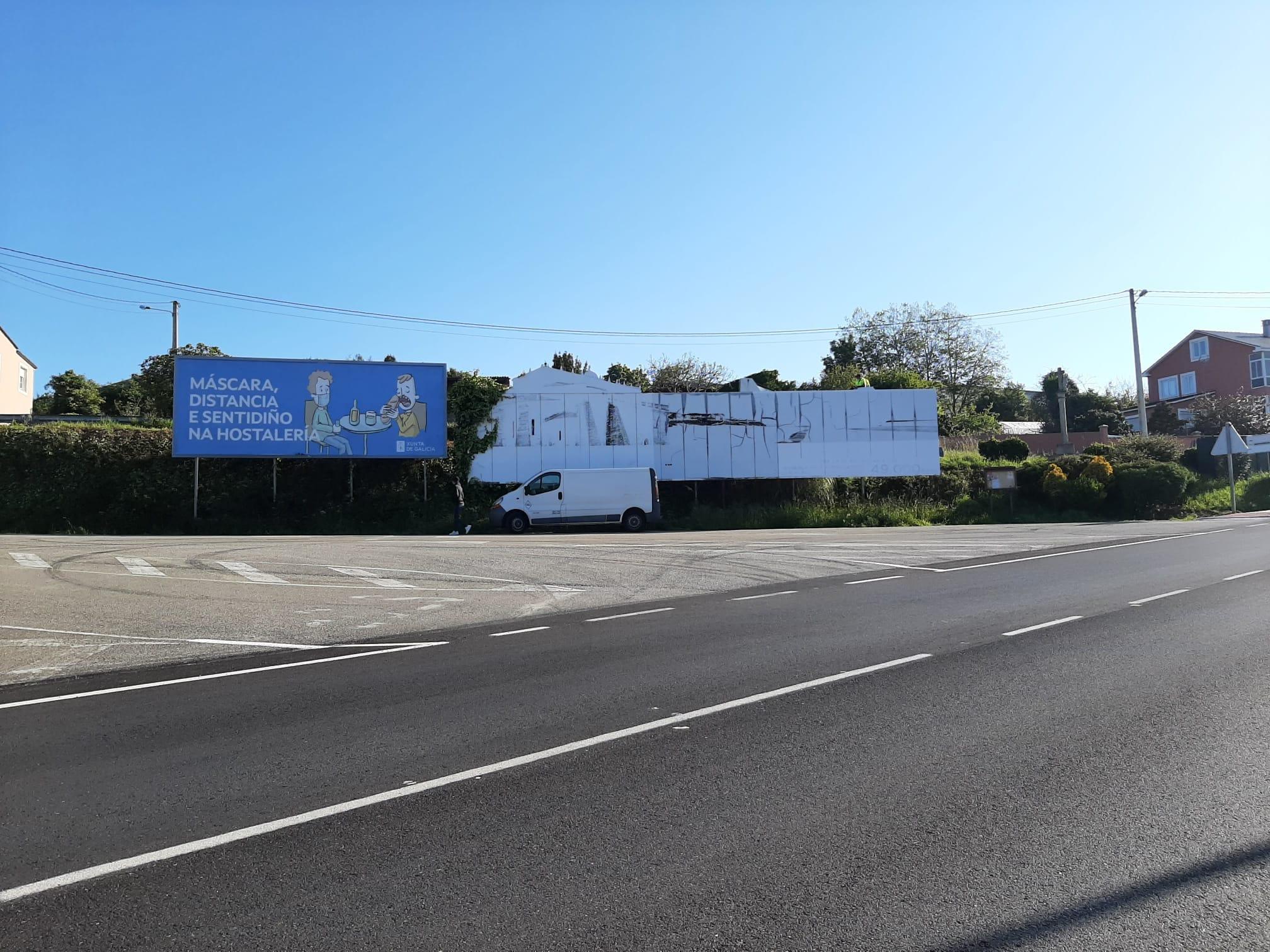 O Concello de Foz retirou dous valos publicitarios de grandes dimensións situados na entrada da vila, en Vilaxoane, que non estaban regulados