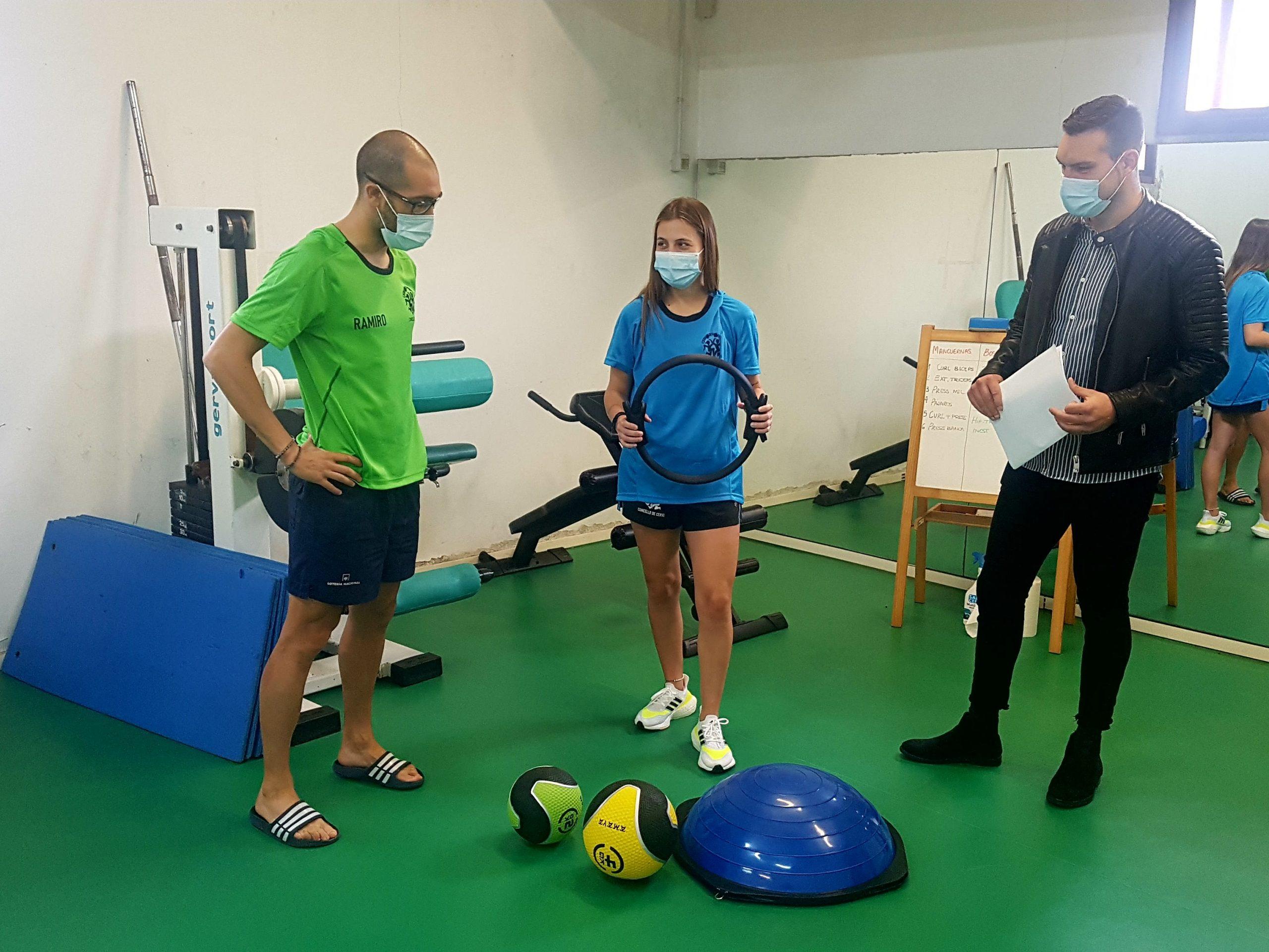Servizo de asesoramento persoal con clases dirixidas por unha adestradora profesional no ximnasio municipal de Cervo