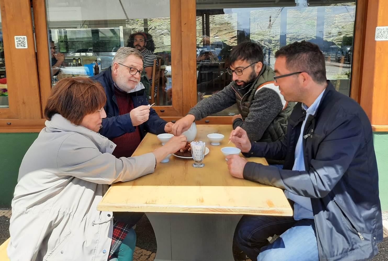 Acisa e Ascove escenifican o reencontro de Galicia e Asturias tras o peche perimetral, e chaman aos veciños a recuperar a normalidade