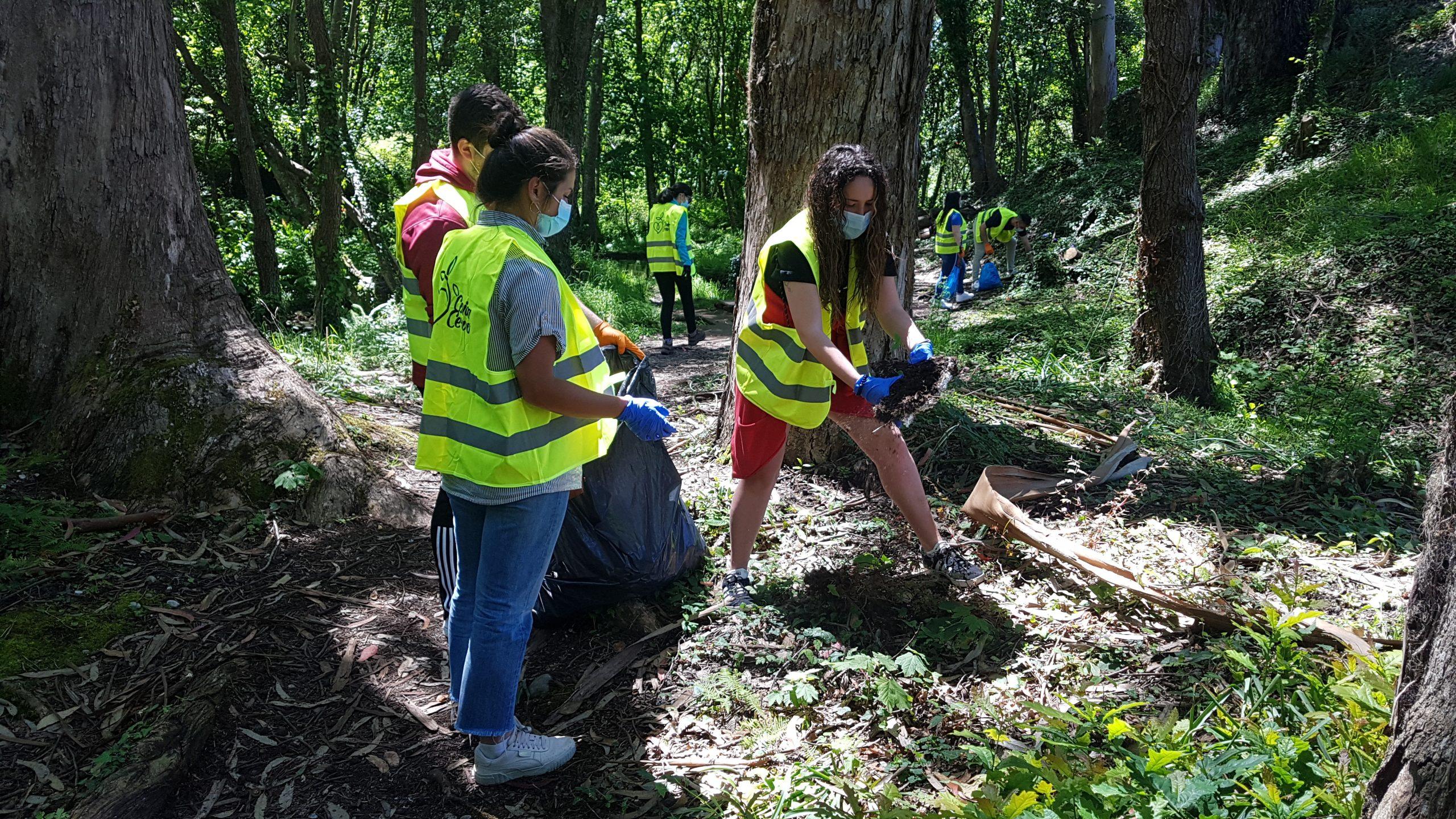 Nova xornada de voluntariado de recollida de lixo Coida Cervo na contorna da Ponte Medieval do Bao, en San Cibrao