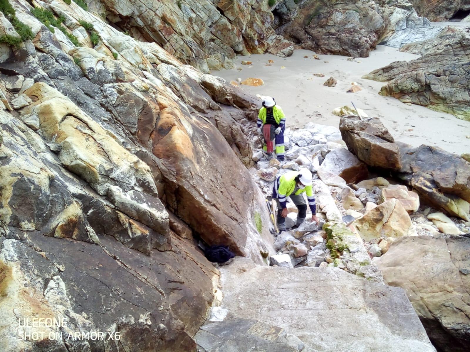 Costas comeza a reparación de varios accesos a praias na Mariña