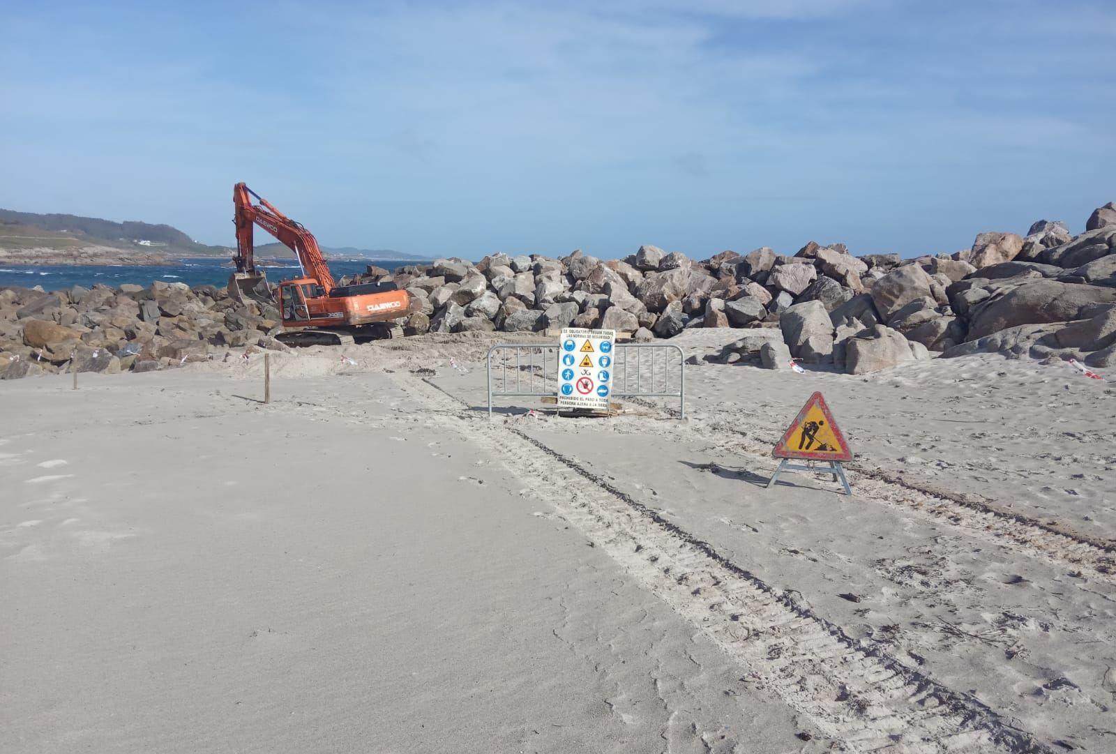 Comezan os traballos de reparación do espigón da Marosa, en Burela