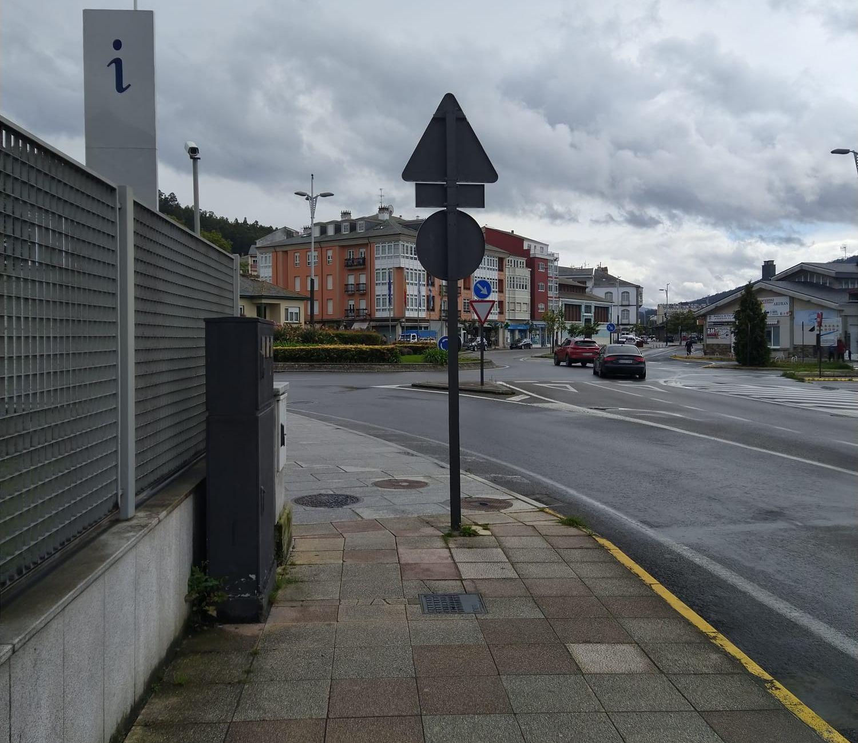 Por Viveiro pide a reubicación dos farois de iluminación pública e das sinais de tráfico na avenida de Ramón Canosa