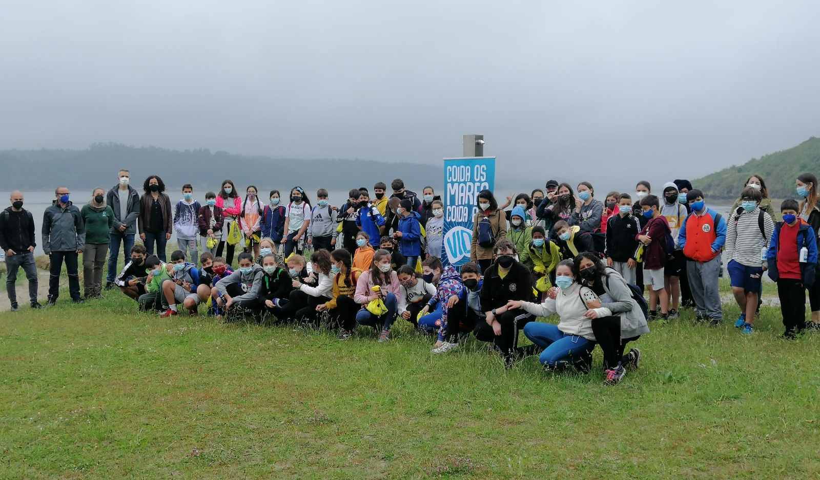 Uns cen escolares de primaria participan na limpeza das praias de Ribadeo