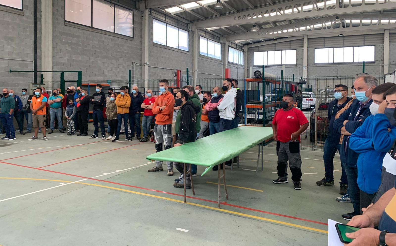 O Centro CIFP Porta da Auga, de Ribadeo, acolleu este venres unha demostración sobre a aplicación dun novo revestimento simil pedra chamado Tor Piedra