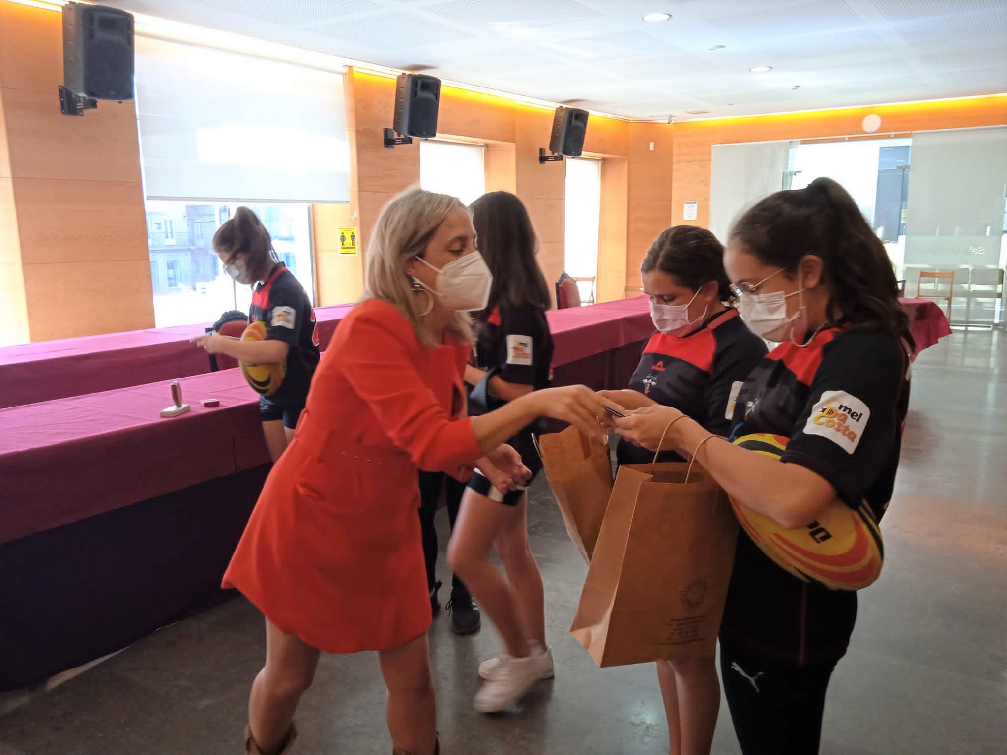 O Concello de Viveiro recibe ao equipo feminino sub 14 da Escola de Rugby Astérix tras gañar o Campionato Galego