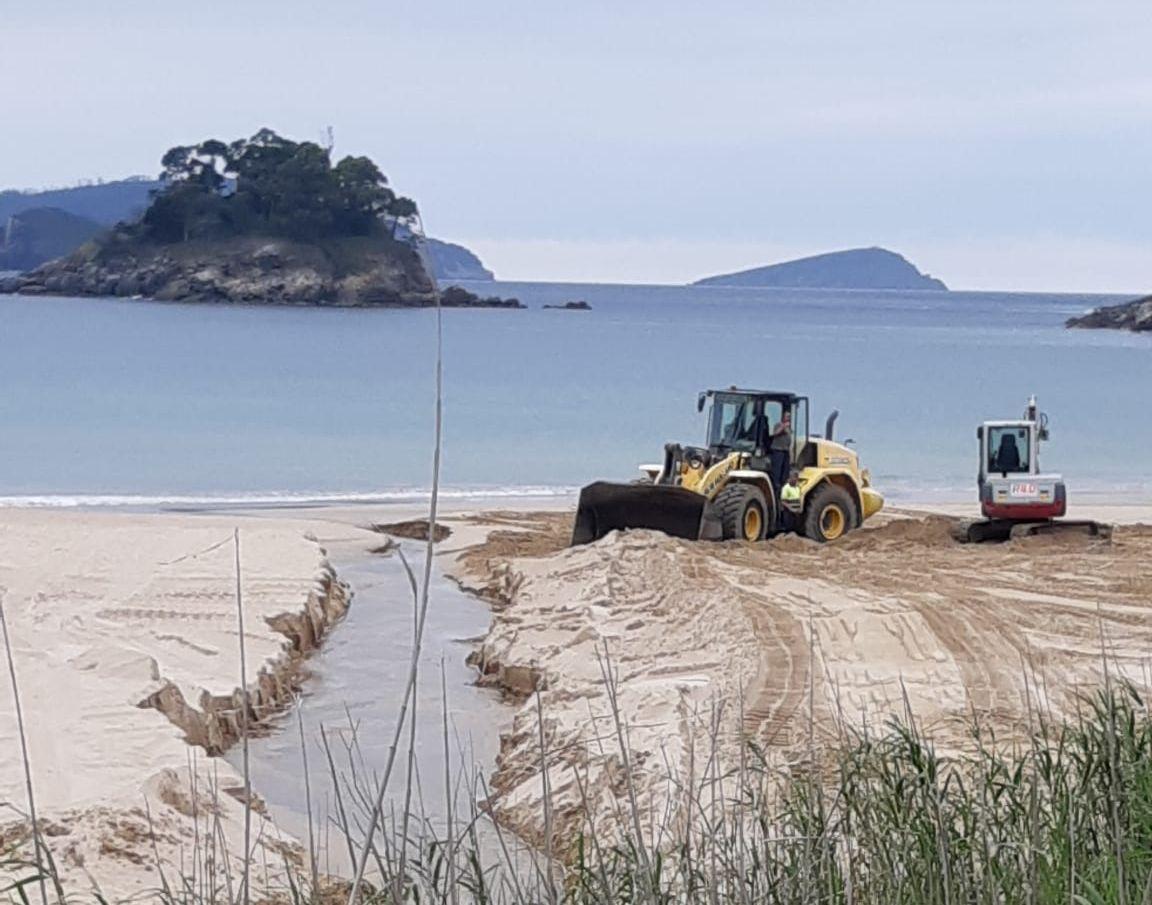 Traballos de mantemento nas praias de Viveiro