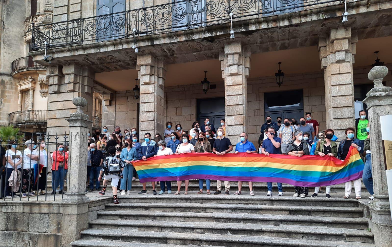 Centos de persoas en Ribadeo na concentración en repulsa polo asasinato de Samuel Luiz