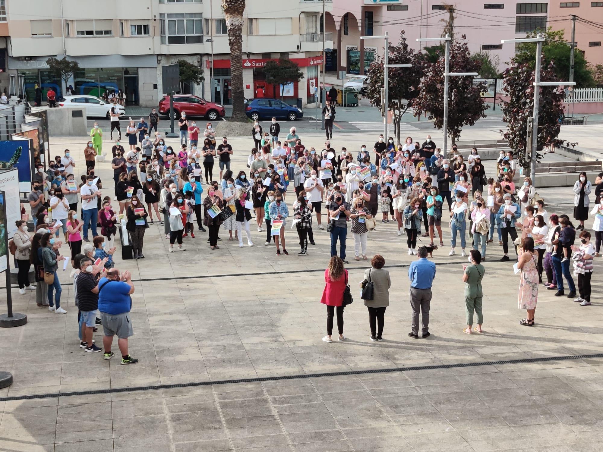 Ducias de persoas asistiron en Burela, na praza do Concello, á concentración convocada para amosar a repulsa ao asasinato de Samuel Luiz, cometido hai uns días na Coruña