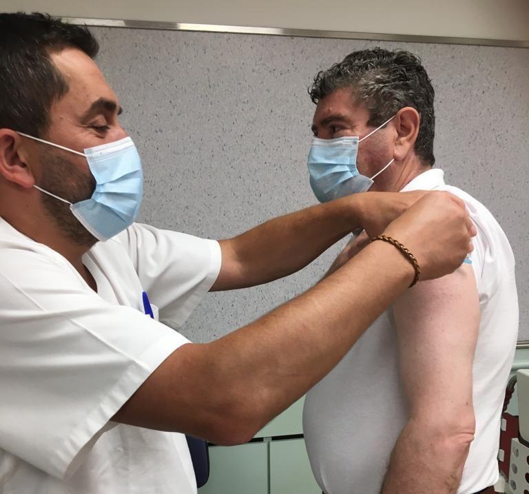 Alfredo Llano recibe a segunda dose da vacina do Covid