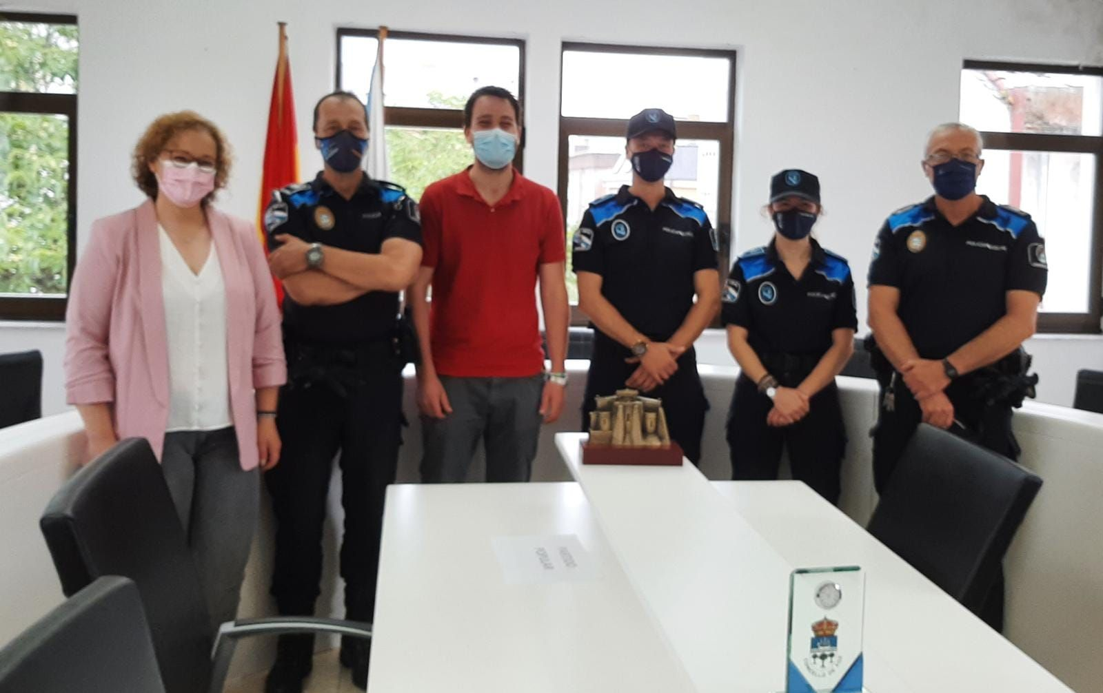 O Alcalde de Foz dá a benvida a dous novos axentes da Policía Local, que agora conta con 8 efectivos, e coordina as actuacións deste verán